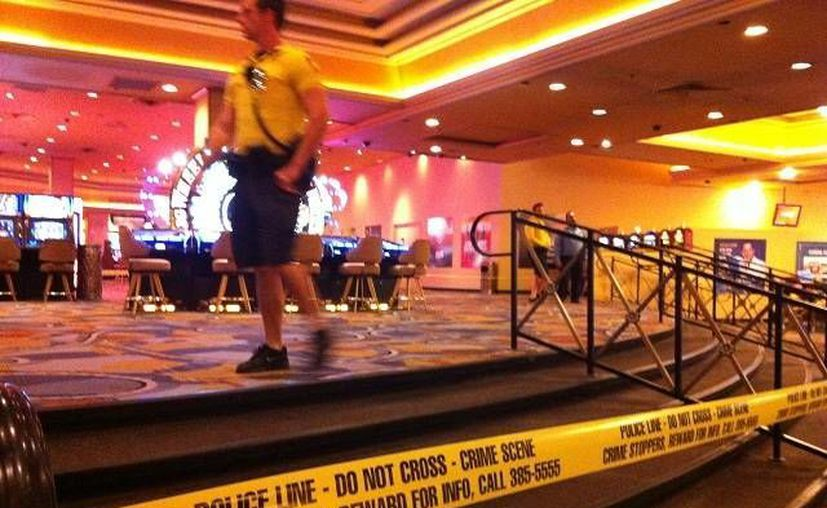 Los juegos de azar continuaron en el casino después de la balacera, pero la cinta amarilla que la policía utiliza para acordonar un lugar de crimen abarcaba varios grupos de máquinas. (Agencias)