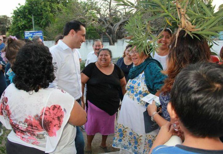 El alcalde Mauricio Vila convivió este martes con vecinos de Cinco Colonias. (Foto cortesía del Ayuntamiento)