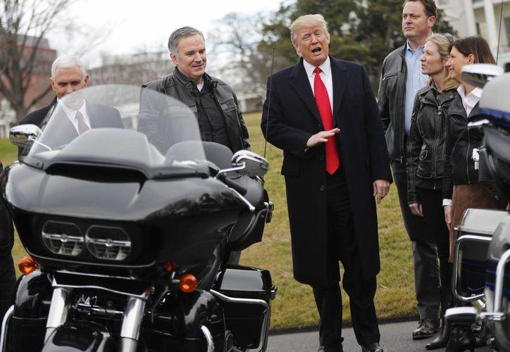 El presidente Donald Trump y el vicepresidente Mike Pence durante una reunión con ejecutivos de Harley Davidson, en el ala sur de la Casa Blanca, el jueves 2 de febrero de 2017. (AP/Pablo Martínez Monsiváis)