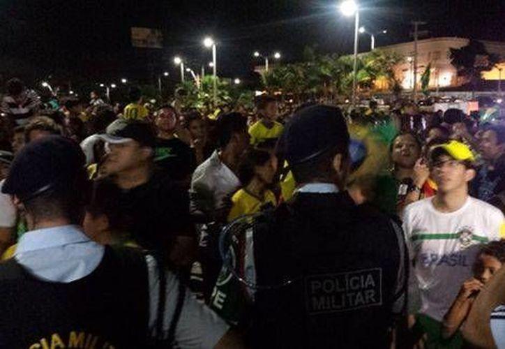 Aficionados mexicanos durante la llegada del Tri a Fortaleza, donde este martes jugará contra Brasil. (Milenio)