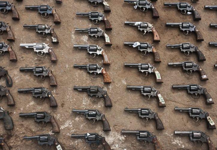 Entre las armas decomisadas figuran ametralladoras, pistolas de varios calibres, escopetas, revólveres, entre otros. (EFE/Archivo)