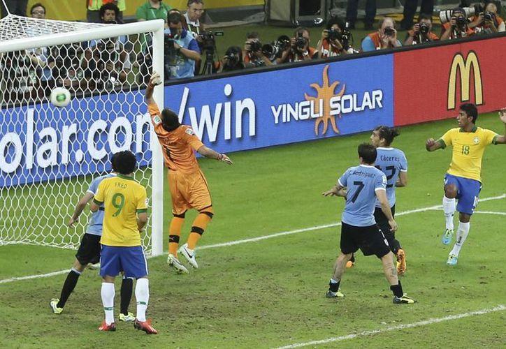 Cuando parecía que el duelo se iriá a tiempo extra apareció la figura de Paulinho, que le ganó el salto a un defensa.