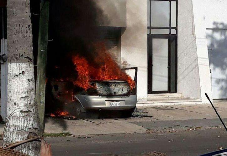 """Alrededor de las 9 horas de ayer, las llamas """"devoraron"""" un vehículo tipo Corsa en Chetumal. (SIPSE)"""