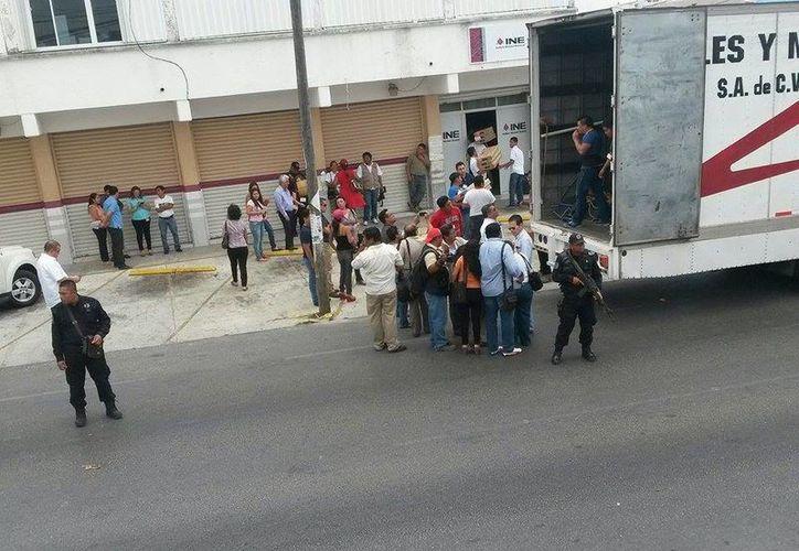 Arribo de los paquetes de material electoral a la Junta Distrital 03. (Carlos Arce/SIPSE)