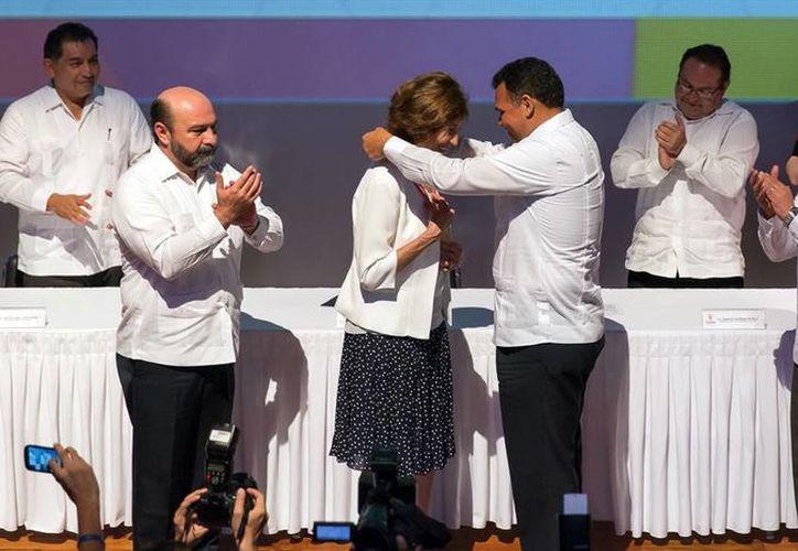 El Gobernador colocó la medalla a la abogada Aida Hernández. (Milenio Novedades)