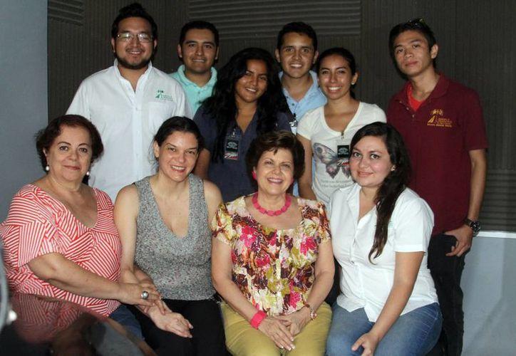Invitados y conductoras del programa 'Salvemos Una Vida', tras la transmisión del programa. (César González/SIPSE)