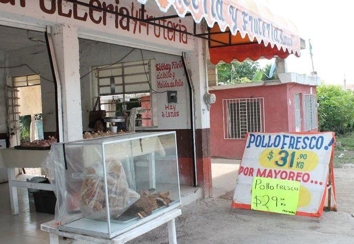 """Aseguran que la """"Pollería y Carnicería Romero"""" ha aprovechado sus nexos con la empresa Bachoco para obtener precios muy por debajo del costo y, a su vez, vender más barato el producto al público, lo que """"revienta"""" a la competencia. (Ernesto Neveu/SIPSE)"""