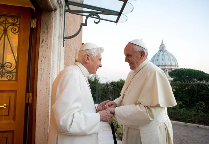 El de hoy es el tercer encuentro oficial entre los Papas Francisco y Benedicto XVI. Esta vez, Bergoglio acudió a la <i>casa</i> de Ratzinger para felicitarlo. (Agencias)