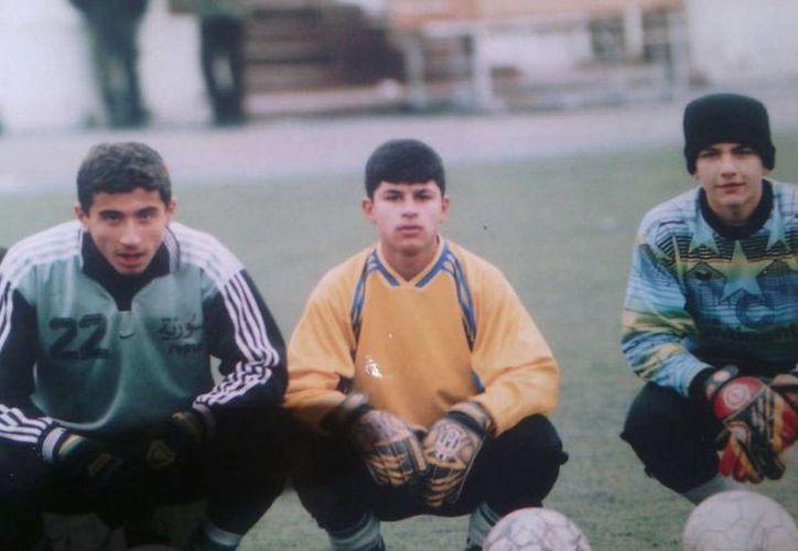 Nosheen Hanaan (izquierda) fue seleccionado nacional de Siria hace cinco años. Sin embargo, sus  sueños de futbolista profesional se vieron frustrados cuando la guerra en su país lo obligó a escapar en busca de una mejor calidad de vida. (AP)