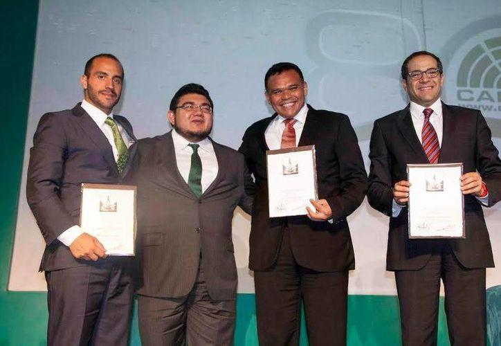 El Gobernador destacó el impulso que se da a las Tecnologías de la Información y Comunicación en Yucatán, en la foto acompañado de varios asistentes. (Milenio Novedades)