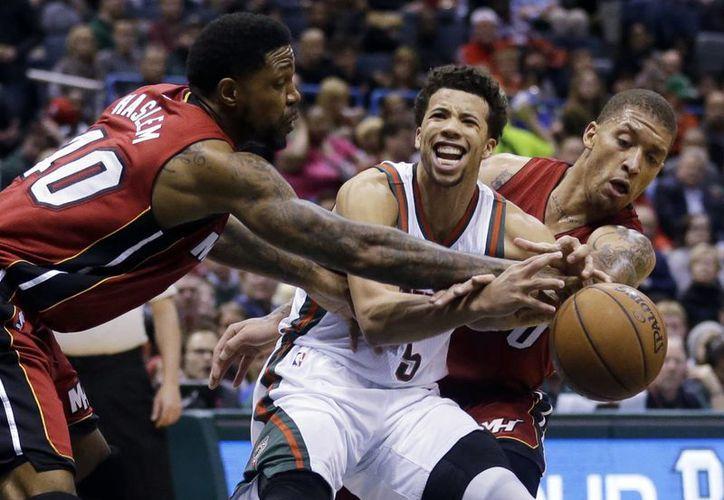 Udonis Haslem (40) y Michael Beasley, de Heat, tratan de evitar que Michael Carter-Williams (5), de Bucks, alcance la pelota en partido ganado por el equipo de Milwaukee. (Foto: AP)