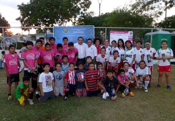 El curso benefició a dos equipos juveniles, uno varonil y otro femenil. (SIPSE)