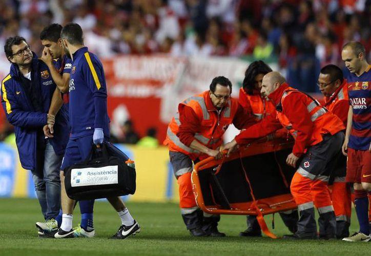 Luis Suárez salió del terreno de juego con lágrimas en los ojos, lo que indica la gravedad de la lesión que sufrió en la final de la Copa del Rey de este domingo. (AP)