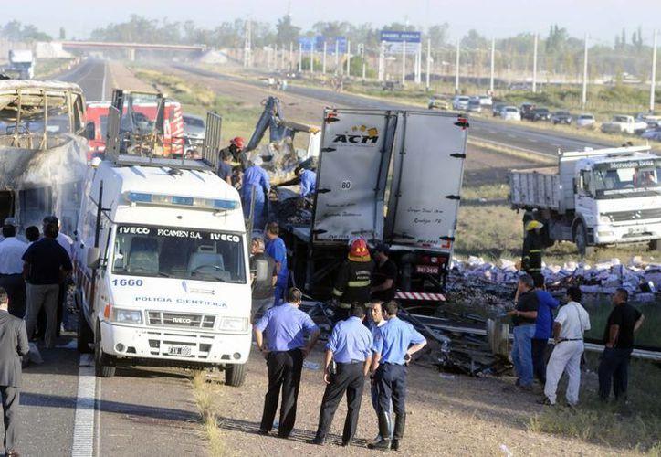 La mayoría de las víctimas fallecieron calcinadas debido a que ambos vehículos se incendiaron después del impacto. (EFE)