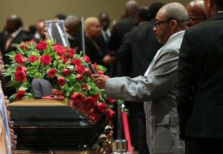 En la imagen el director Spike Lee junto al ataúd del joven Michael Brown durante su funeral en San Luis, Misuri EU. (Agencias)