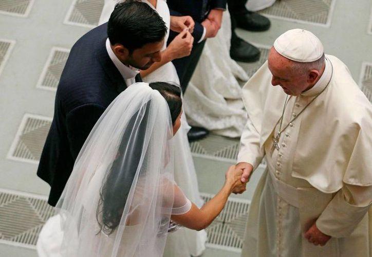 """En agosto del año pasado, el Papa Francisco aseguró que las personas que han establecido una nueva convivencia tras su ruptura matrimonial """"no son excomulgadas y no deben ser tratadas como tales"""", sino que """"forman parte de la Iglesia"""". (Archivo/EFE)"""