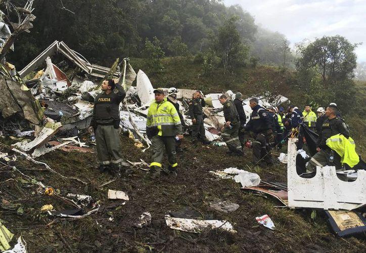 La milicia colombiana ha enviado dos helicópteros para el rescate de cadáveres y sobrevivientes del avionazo. (AP/Policía Nacional de Colombia)