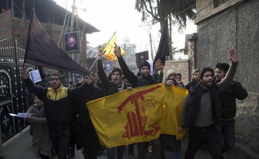 Chiítas musulmanes sostienen la bandera de Hezbolá , en calles de Cachemira durante una protesta por la Sheikh Nimr al- Nimr. Este sábado Arabia Saudita ejecutó a 47 presos condenados por cargos de terrorismo , incluidos miembros de Al Qaeda. (AP)