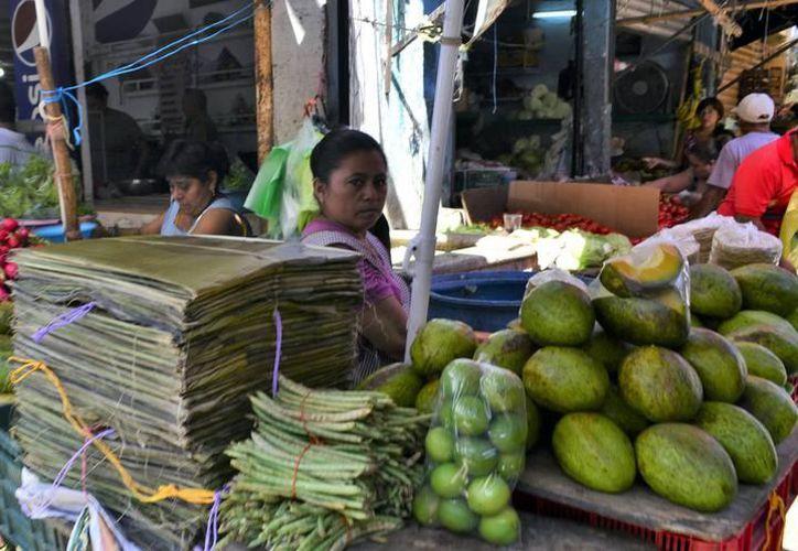 En la mayoría de los comercios ya se ven adornos alusivos al Día de Muertos o Hanal Pixán. (Milenio Novedades)