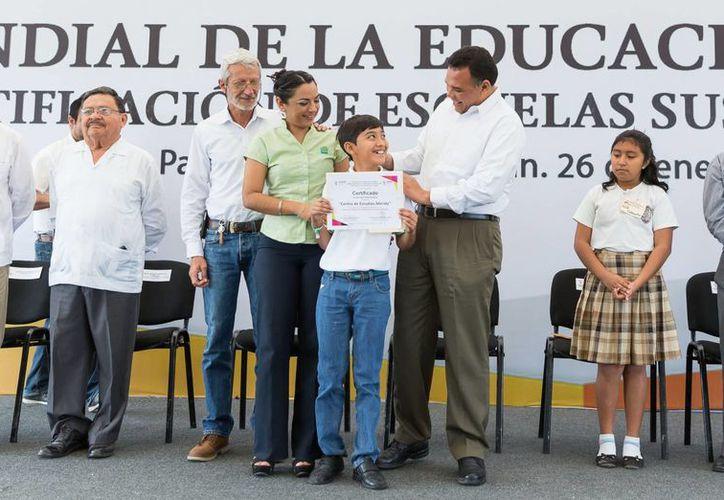 Escuelas de Progreso, Motul, Izamal, Umán y Mérida recibieron la certificación de escuelas sustentables, de manos del Gobernador Rolando Zapata Bello. (SIPSE)