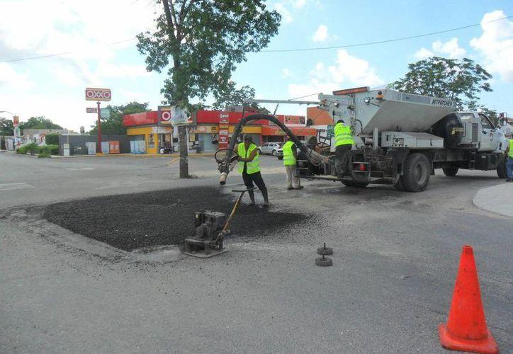 Cuadrillas de bacheo realizaron trabajos en el cruce de la avenida Cancún y la avenida La Luna. (Cortesía/SIPSE)