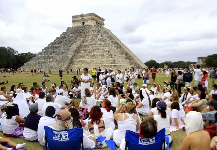 A unos días del equinoccio de primavera los más de 800 vendedores ambulantes no se quieren salir de la zona arqueológica. (Archivo Sipse)