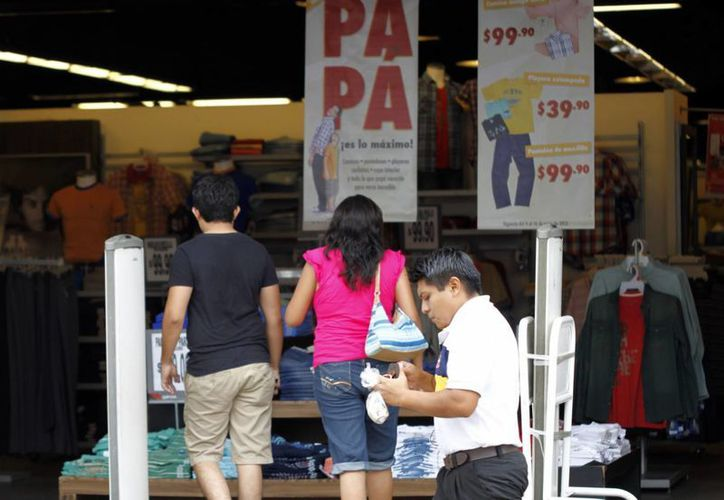 Muchos comercios en el centro ya ofertan artículos para papá. (Milenio Novedades)