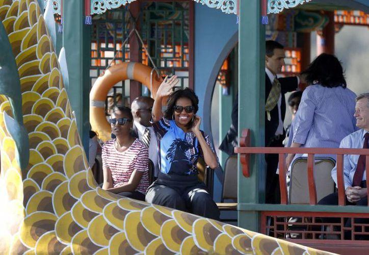 La primera dama de Estados Unidos, Michelle Obama, durante su recorrido por la Gran Muralla china, acompañada de sus hijas Malia y Sasha. (EFE)