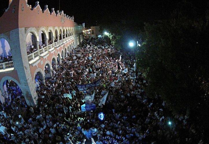 Mauricio Vila cerró su campaña en la Plaza Grande de Mérida acompañado por cientos de simpatizantes, así como legisladores y personalidades panistas. (Facebook/Mauricio Vila)