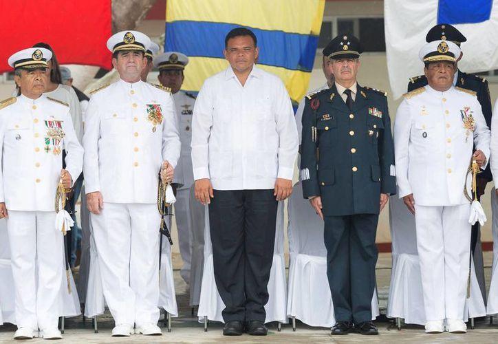 De izquierda a derecha, el nuevo comandante de la IX Zona Naval, vicealmirante Felipe Solano Armenta; el almirante Juan Ramón Alcalá Pignol; el gobernador Rolando Zapata Bello; el representante de la X Región Militar, y otro mando naval no identificado. (Cortesía Gob.Edo.)