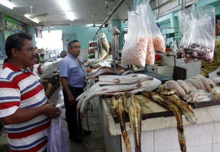 Los puestos del mercado que ofertan productos marinos han sufrido una baja considerable en sus ventas. (SIPSE)