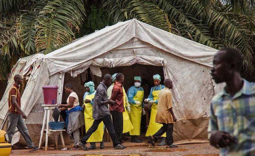 Una investigación de Associated Press reveló que distintos gobiernos y organizaciones internacionales no ofrecieron la protección adecuada a combatientes de la epidemia del ébola, lo que incremento el número de víctimas en localidades como Kenema, en Sierra Leona. (Archivo AP)