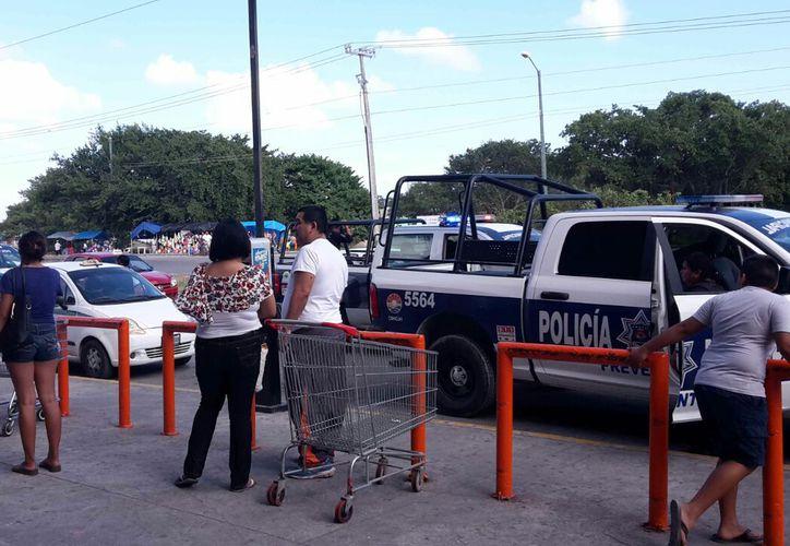 Elementos de la Policía Municipal lograron detener a uno de los sujetos. (Pedro Olive/SIPSE)
