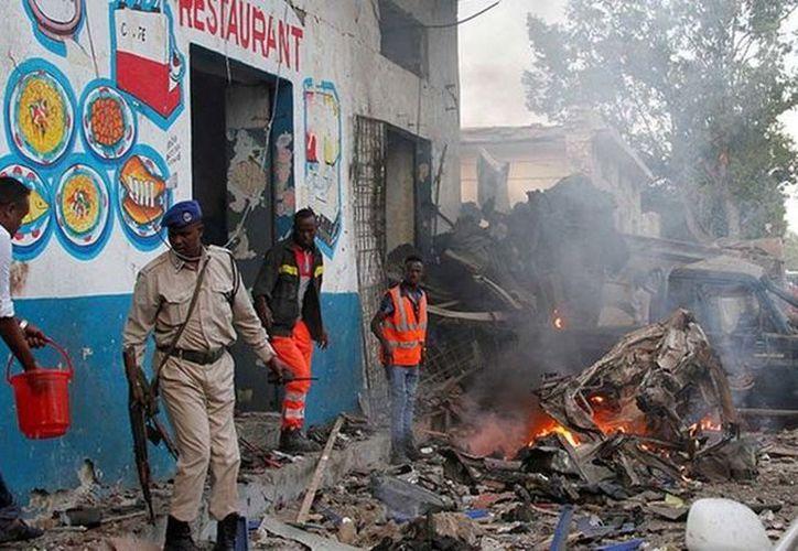 Al menos 27 personas murieron en un ataque suicida con coche bomba en Somalia. (Reuters).