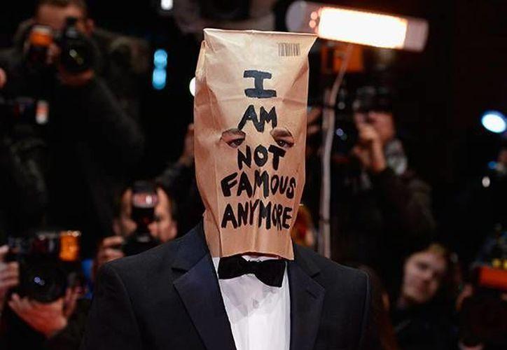 """Shia LaBeouf llegó a la premier de la cinta Nymphomaniac en la Berlinale portando una bolsa de papel con agujeros para los ojos y el texto """"Ya no soy famoso"""". (Agencias)"""