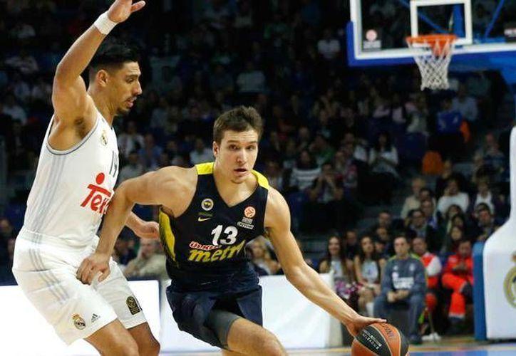 Gustavo Ayón (izq) salió lesionado del juego del Real Madrid, por lo que sólo consiguió cuatro rebotes, tres asistencias y  dos puntos, por lo cual se quedó a una canasta de lograr su meta de mil unidades en el torneo de la Asociación de Clubes de Baloncesto. (Archivo EFE)
