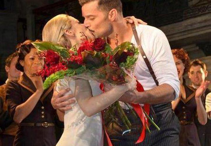 Ricky Martin, acompañado de Elena Roger, durante su participación en el musical 'Evita'. (Facebook/Ricky Martin)