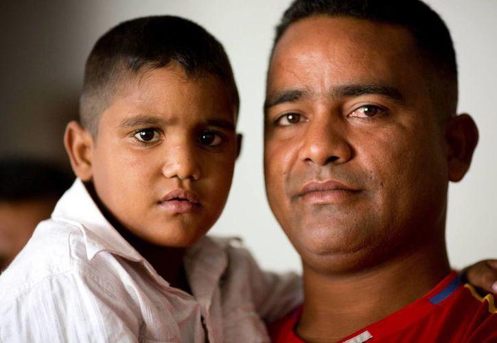 Yin Carlos posa en brazos de su padre, Jean Carlos Fernández, antes de partir hacia la Policlínica Metropolitana de Caracas, Venezuela, para un trasplante de hígado. (Agencias)