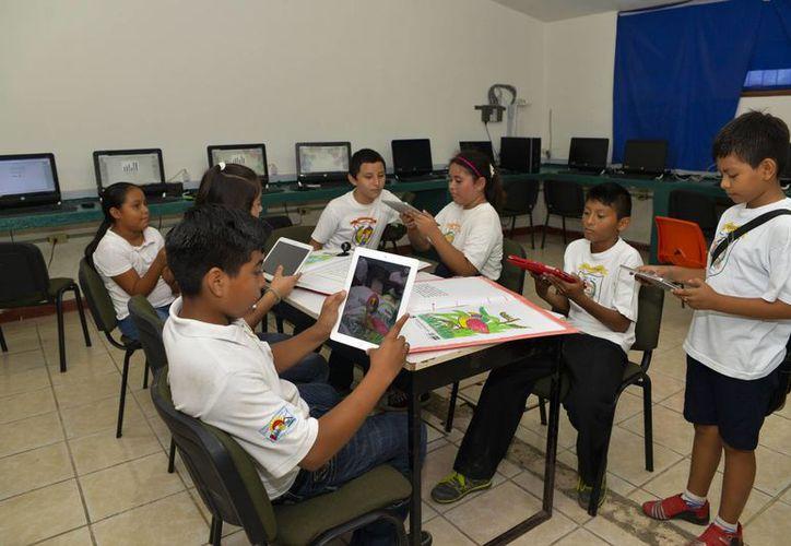 En Quintana Roo se entregaron 26 mil 777 tabletas electrónicas a estudiantes de quinto grado de primaria. (Ángel Castilla/SIPSE)