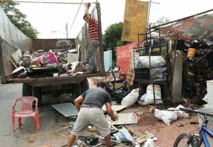 Los yucatecos se deshacen de sus cacharros antes de la temporada de lluvias y de dengue. (SIPSE/Foto de archivo)