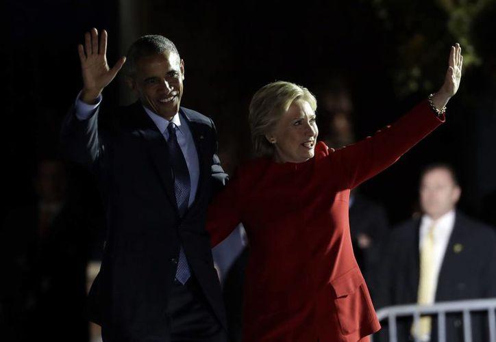 Barack Obama reiteró que Hillary Clinton 'trabajará' y 'no solamente tuiteará', en referencia a su contrario Donald Trump. (AP)