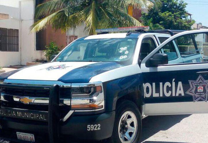 Las balas dañaron los neumáticos de la patrulla, por lo que los policías ya no pudieron seguir la persecución. (Redacción/SIPSE)