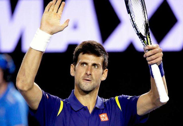 Novak Djokovic se impuso en su segundo partido del Abierto de Australia del que es campeón defensor. (AP)