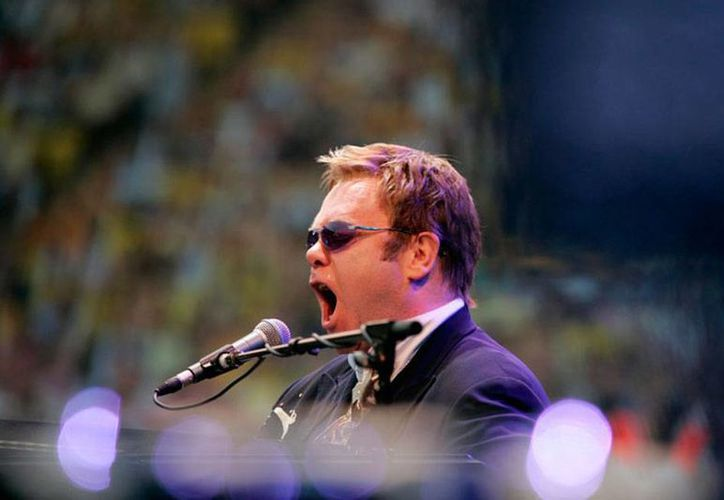 El cantante Elton John pidió, en Ucrania, que se acepten a los homosexuales en oficinas privadas y públicas. La imagen es de archivo. (eltonjohn.com)