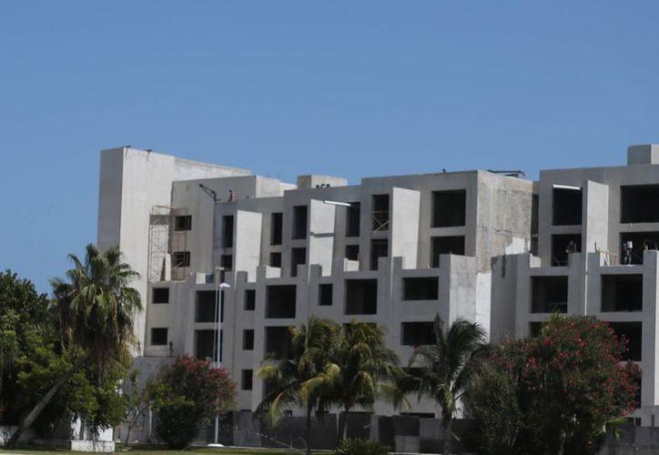 Avanza la construcción del nuevo hotel. (Israel Lea/SIPSE)