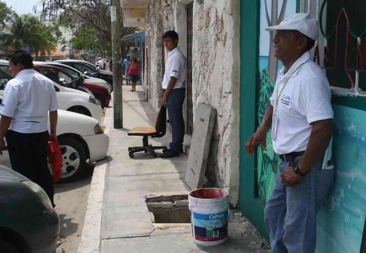 Personal de la CAPA supervisa estado que guarda el drenaje del centro de la ciudad, en previsión de nuevos rebosamientos. (Octavio Martínez/SIPSE)