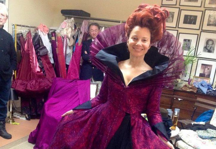 En su cuenta de Twitter, Fran Descher publicó las pruebas de vestuario para su papel de madrastra malva de Cenicienta. (@frandrescher)