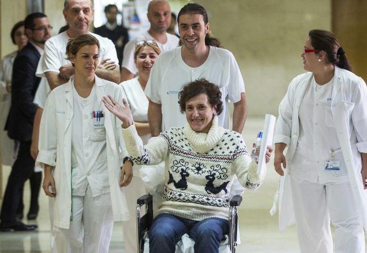 Teresa Romero llega con personal médico para dar una declaración a la prensa antes de que salga del hospital Carlos III de Madrid. (Agencias)
