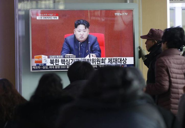 La gente ve un programa de noticias de televisión que muestra al líder norcoreano Kim Jong Un, en la estación de trenes de Seúl en Seúl, Corea del Sur. (Foto AP / Ahn Young-joon)