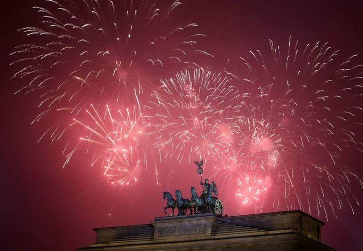 Miles de alemanes salieron a las calles a celebrar la llegada del año nuevo, pese a la advertencia de un inminente ataque en la ciudad de Munich, una de las más importantes del país. (AP)